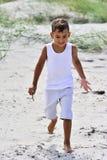 Spiaggia d'esplorazione del ragazzo immagine stock libera da diritti