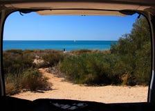 Spiaggia dal campeggiatore Van Immagini Stock