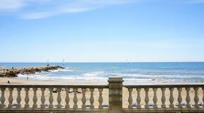 Spiaggia dalla passeggiata di Sitges Fotografie Stock Libere da Diritti