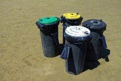 Spiaggia dei recipienti di riciclaggio Immagini Stock Libere da Diritti