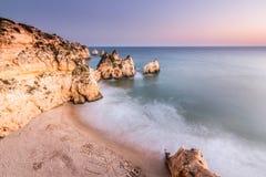Spiaggia dei tre fratelli dalla scogliera a Portimao, Algarve, Portogallo fotografie stock