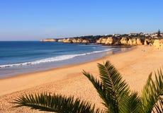 Spiaggia del Algarve Armacao Immagini Stock