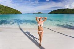 Spiaggia del bikini della donna Fotografie Stock Libere da Diritti