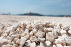 Spiaggia del calcare in Croazia fotografia stock