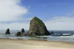 Spiaggia del cannone, roccia del mucchio di fieno, Oregon Fotografia Stock