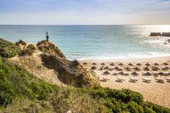 Spiaggia del castello in Albufeira, Algarve, Portogallo immagine stock