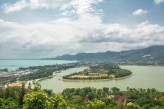 Spiaggia del chaweng di Koh Samui e lago, vista dalla collina immagini stock libere da diritti