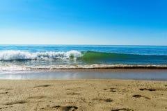 Spiaggia del colpo serignan e simmetrico dell'onda immagine stock