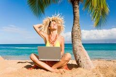 Spiaggia del computer portatile della donna immagini stock libere da diritti