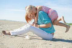 Spiaggia del gioco del doughter della madre Immagine Stock Libera da Diritti