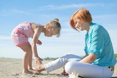 Spiaggia del gioco della ragazza della donna Fotografia Stock