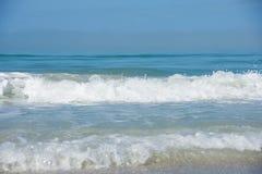 Spiaggia del golfo del Messico con le onde schiumose Fotografie Stock Libere da Diritti