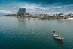 Spiaggia del Hua- Hin, barca, ristorante. Hotel Fotografia Stock Libera da Diritti
