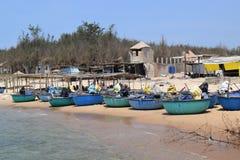 Spiaggia del KE GA e barca tradizionale del canestro in paesino di pescatori, Vietnam Fotografia Stock