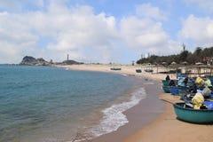 Spiaggia del KE GA e barca tradizionale del canestro in paesino di pescatori, Vietnam Fotografie Stock Libere da Diritti