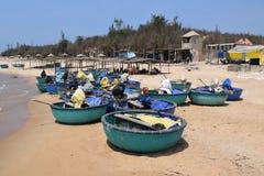 Spiaggia del KE GA e barca tradizionale del canestro in paesino di pescatori, Vietnam Fotografie Stock