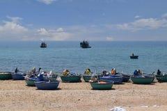 Spiaggia del KE GA e barca tradizionale del canestro sulla sabbia di pesca della v Fotografie Stock