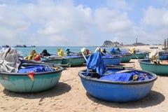 Spiaggia del KE GA e barca tradizionale del canestro sulla sabbia di pesca della v Immagine Stock