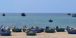 Spiaggia del KE GA e barca tradizionale del canestro sulla sabbia di pesca della v Immagine Stock Libera da Diritti