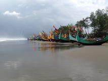Spiaggia del mare con le barche e la nuvola nel cielo Immagini Stock