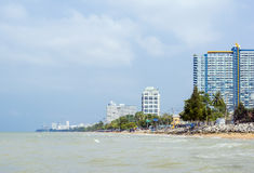 Spiaggia del mare della città tropicale Fotografia Stock Libera da Diritti