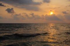 Spiaggia del mare di tramonto Immagine Stock
