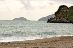 Spiaggia del mare e le isole di Tino e di Palmaria a Baia Blu La Spezia fotografie stock libere da diritti