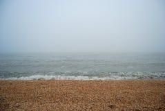 Spiaggia del mare in nebbia pesante Fotografia Stock