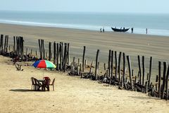 Spiaggia del mare sparata di un ombrello e di una barca immagini stock