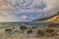 Spiaggia del nere di Rocce ad alba, Conero NP, Marche, Italia Immagine Stock