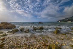Spiaggia del nere di Rocce ad alba, Conero NP, Marche, Italia Fotografia Stock Libera da Diritti