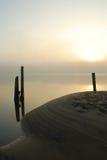Spiaggia del porticciolo ad alba Fotografia Stock Libera da Diritti