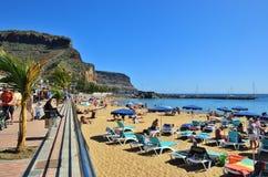 Spiaggia del pubblico di Puerto de Mogan spain Immagine Stock