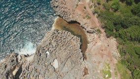 Spiaggia del ` s Billabong di angelo, lo stagno naturale sull'isola di Nusa Penida Siluetta dell'uomo Cowering di affari Bali, In archivi video