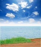 Spiaggia del sole della sabbia di mare dell'erba verde Fotografia Stock Libera da Diritti
