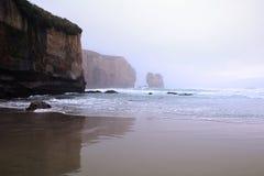 Spiaggia del tunnel vicino a Dunedin alla nebbia di primo mattino, isola del sud, Nuova Zelanda fotografia stock