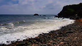 Spiaggia dell'assicella sulla costa della Cornovaglia irregolare fotografie stock libere da diritti