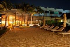 Spiaggia dell'hotel alla notte Fotografie Stock