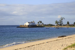Spiaggia dell'isola del Mozambico, con la chiesa del NIO del ³ di Santo Antà nei precedenti Fotografia Stock