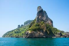 Spiaggia dell'isola del pollo fra Phuket e Krabi in Tailandia Fotografia Stock