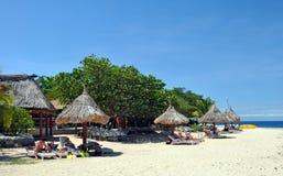 Spiaggia dell'isola di mare del sud & ombrelli, Fiji. Fotografie Stock Libere da Diritti