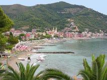Spiaggia dell'Italia Laigueglia dalla via Immagini Stock Libere da Diritti