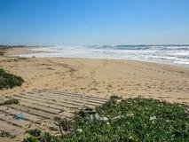 Spiaggia dell'Oceano Atlantico con inquinamento di plastica fotografie stock