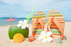 Spiaggia dell'oceano con coctail esotico Fotografia Stock Libera da Diritti