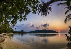 Spiaggia dell'oceano con la palma ad alba nell'isola di Phangan immagini stock