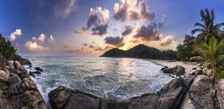 Spiaggia dell'oceano con la palma ad alba nell'isola di Phangan fotografia stock libera da diritti
