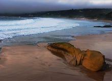 Spiaggia dell'oceano con le nubi di tempesta Fotografia Stock