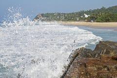 Spiaggia dell'oceano con lo spruzzo della spuma Immagini Stock Libere da Diritti