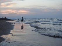 Spiaggia dell'Oman, tramonto fotografie stock