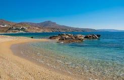 Spiaggia della baia di Kalafatis sull'isola. immagine stock